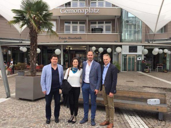 Anno 2018: a Velden a Gemonaplatz con il Sindaco di Velden Ferdinand Vouk, il Sindaco di Gemona Roberto Revelant, il Vice Sindaco di Gemona Loris Cargnelutti e l'Assessore Flavia Virilli.